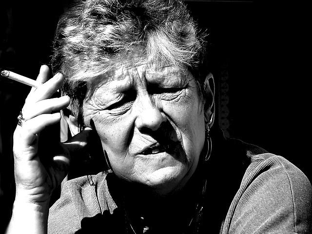 Mujer mayor fumando